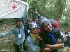 disela-sela perjalanan mendaki,kami berfoto-foto saya yang sedang memegang bendera